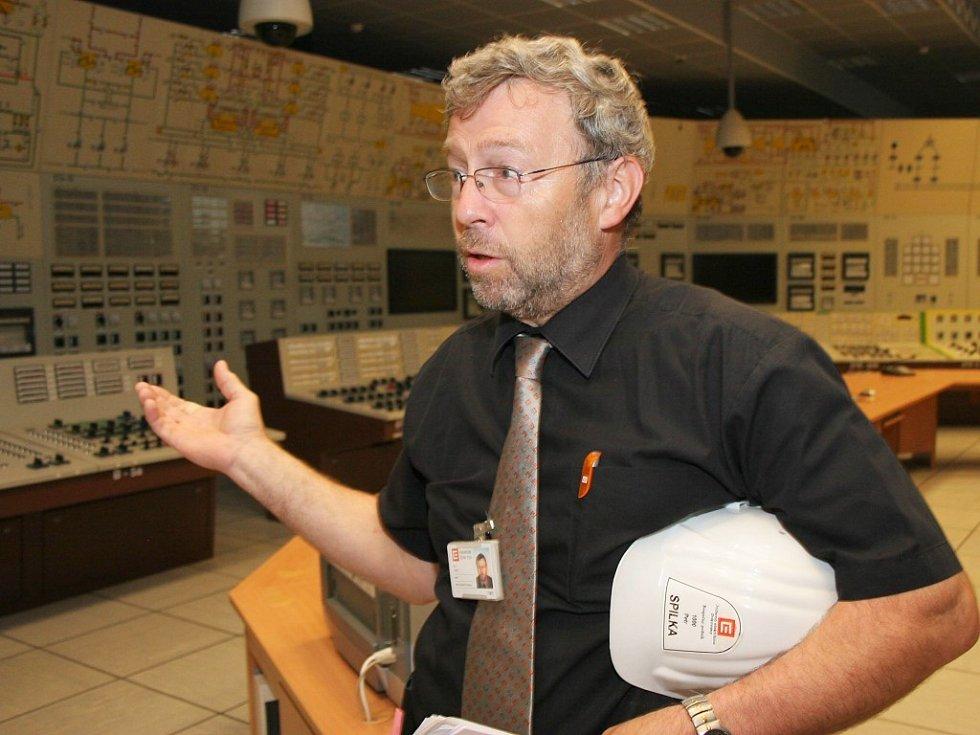 Mluvčí JE Dukovany Petr Spilka zahajuje kontrolní den v řídícím velíně.