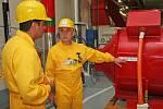 Hlavní technolog elektrárny František Prokop ukazuje návštěvníkům jednotlivá zařízení elektrárny.