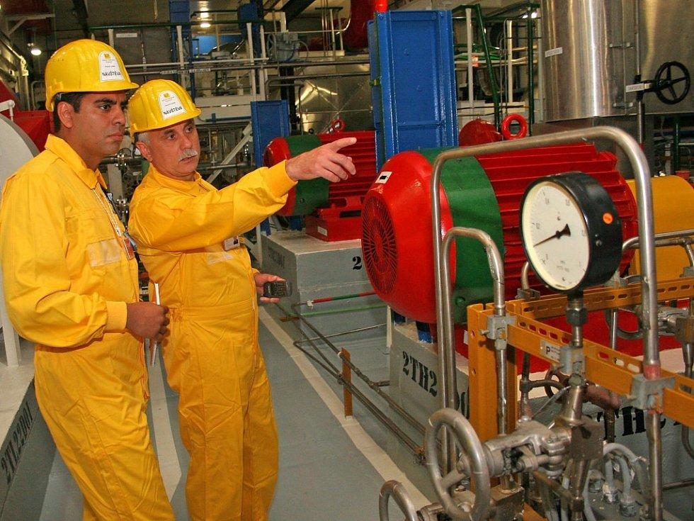 Hlavní technolog elektrárny František Prokop ukazuje návštěvníkům jednotlivá zařízení elektrárny. Vlevo operátor reaktoru JE Laguna Verde, Mexičan Aaron Ortiz.