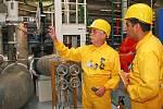 Hlavní technolog elektrárny František Prokop ukazuje návštěvníkům jednotlivá zařízení elektrárny. Vpravo operátor reaktoru JE Laguna Verde, Mexičan Aaron Ortiz.