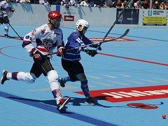 Hokejbalisté SK Jihlava (v bílém) doma před rekordní návštěvou dvakrát porazili finálového soupeře z Hodonína.