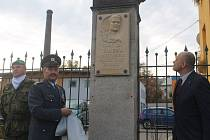 Pamětní deska Jindřicha Kartůska je na plotě areálu Služeb města Jihlavy, nedaleko jeho někdejšího bydliště.