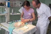 Silikonové novorozeně pomáhá zdravotníkům s nácvikem první pomoci. Model je k nerozeznání od živého dítěte.