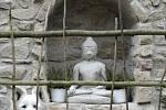 V areálu naleznete symboly křesťanství i budhismu.