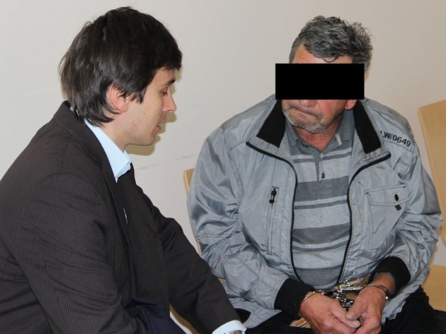 Muž z Hartvíkovic (vpravo) během porady s obhájcem u Okresního soudu v Jihlavě.