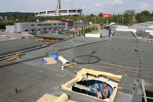 Otvorem, který zachytil fotograf Deníku, se mají lidé od konce září dostávat k toboganu, prodlouženému na 108,5 metru. Klouzačka se zařadí mezi nejdelší v České republice.