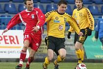 Mezi fotbalisty Jihlavy, kteří měli v minulém týdnu zdravotní potíže, byl i Radek Sláma (ve žlutém). Do zápasu s Vítkovicemi se ale stihl dát do kupy a nastoupil od začátku.