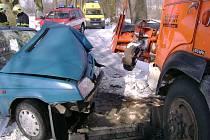 Při střetu osobního vozu a sypače u Herálce na Havlíčkobrodsku byly včera zraněni dva lidé. Jeden z nich musel být převezen k ošetření do nemocnice.