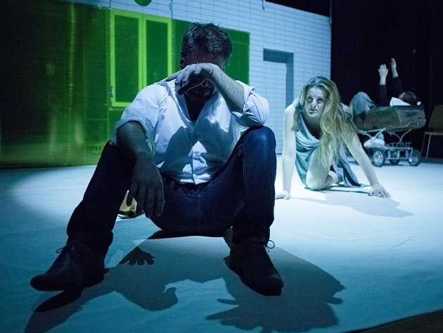 V moderním pojetí. V podání jihlavských herců Médeu ztvární Lenka Schreiberová, která je na scéně při zkoušce hry zachycena s Františkem Mitášem, představitelem Iásóna.