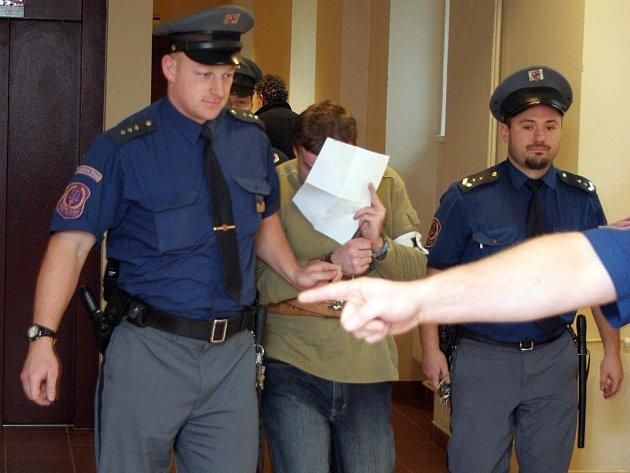 Před měsícem soud v Hradci Králové rozhodoval o dalším Zelenkově setrvání ve vazbě. Na obžalovaného se upřela velká pozornost médií.
