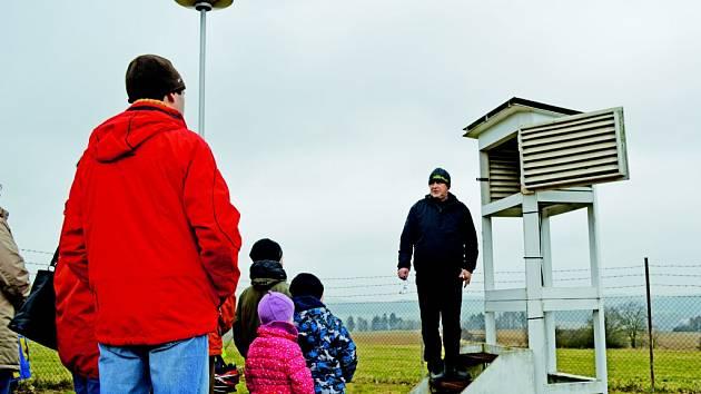 Zájem lidí. Meteorologická stanice v Kostelní Myslové se otevřela návštěvníkům. Vladimír Coufal (na snímku vpravo) ukazuje  meteorologickou budku s teploměry a vlhkoměrem.