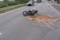 Ke střetu osobního vozu Peugeot smotocyklem Kawasaki došlo v obci Čížov na Jihlavsku.