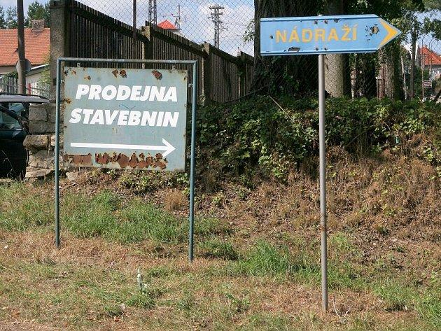 Ukrajinec pobývající v Třešti si pro svoji sebevraždu vybral reklamní ukazatel (na snímku vlevo), který se nachází ve frekventované Nádražní ulici.