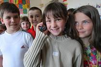 Děti ve třetí třídě Základní školy v Kamenici ukázaly své mobilní telefony. Školní řád například stanovuje, že telefon nenahrazuje kalkulačku a v hodinách matematiky a fyziky není učební pomůckou. Pořizování fotografií a zvukových záznamů není dovoleno.