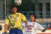 O oba vyrovnávací góly Jihlavy se postaral útočník Petr Faldyna (ve žlutém v souboji s Martinem Kotůlkem). Při druhém zásahu už ale původně neměl být na hřišti.