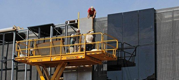 Práce na budoucím jihlavském obchodně–zábavním centru City Park jsou v plném proudu. Nyní stavební dělníci obkládají části budovy skleněnými prvky.