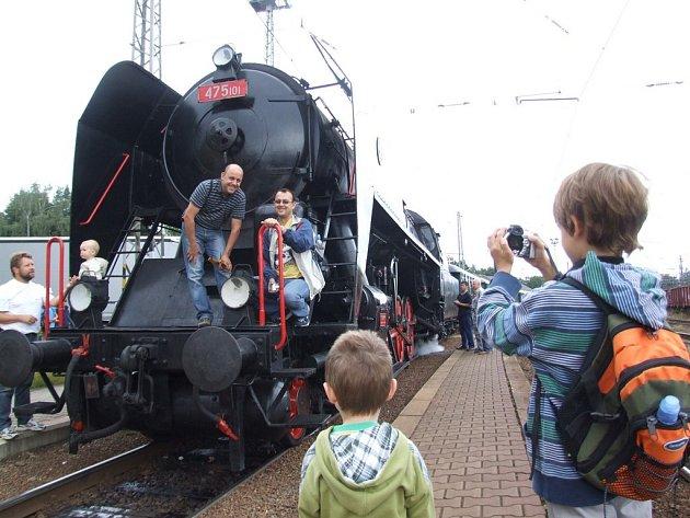 Zvláštní rychlík, tažený velkou parní lokomotivou, vypravila v sobotu na oslavu 110. výročí trati Kostelec u Jihlavy –  Telč Společnost  telčské místní dráhy.