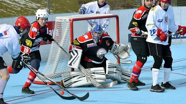 Jihlavští hokejbalisté (v bílém) doma sestřelili Beroun 6:0, a teď mohou čekat na čtvrtfinálového soupeř.