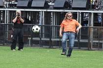 Zpěvák Josef Vojtek je od malička nadšeným fotbalistou. I když ještě v pátek zklamaně tvrdil, že nestihne vyzkoušet pažit jihlavského stadionu, při sobotní zvukové zkoušce v pravé poledne si zakopal zhruba dvacet minut s Otou Váňou a techniky.