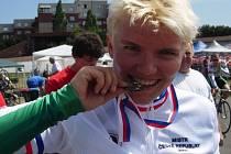 Lenka Valová zkouší kvalitu zlaté medaile, kterou vybojovala v keirinu na MČR. V italském Dalmine se jí dařilo i ve sprintu, kde skončila šestá.