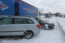 Státní silnici číslo 38 z Jihlavy na Znojmo v pondělí zablokovala hromadná dopravní nehoda.