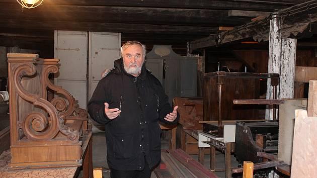 Telčský kastelán ukazuje podkroví bývalého zámeckého pivovaru, kde bude zpřístupněný depozitář nazvaný Poklady za oponou.