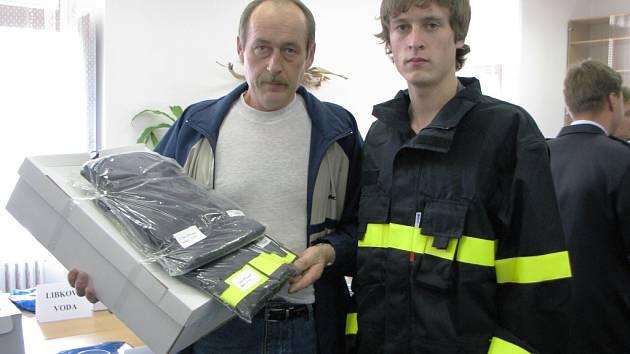 Otec a syn Svobodovi z Doupěte si převzali nové hasičské uniformy