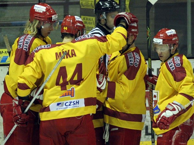 Takhle se hráči Dukly radovali z gólu do sítě Mladé Boleslavi v minulém vzájemném zápase. Na ledě soupeře však v sobotu neskórovali ani jednou a odvezli si debakl.