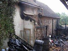 Požár rodinného domu v obci Radkov na Jihlavsku zaměstnal v pátek krátce po půlnoci devět požárních jednotek.