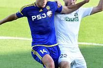 Útočníci mlčí. Michael Rabušic (vlevo při souboji s karvinským Hoškem) měl v sobotu několik příležitostí ke skórování, Vysočina přesto už téměř čtyři zápasy nevstřelila gól.