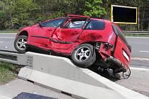 V kuriozní pozici skončilo auto po nehodě na dálničním přivaděči.
