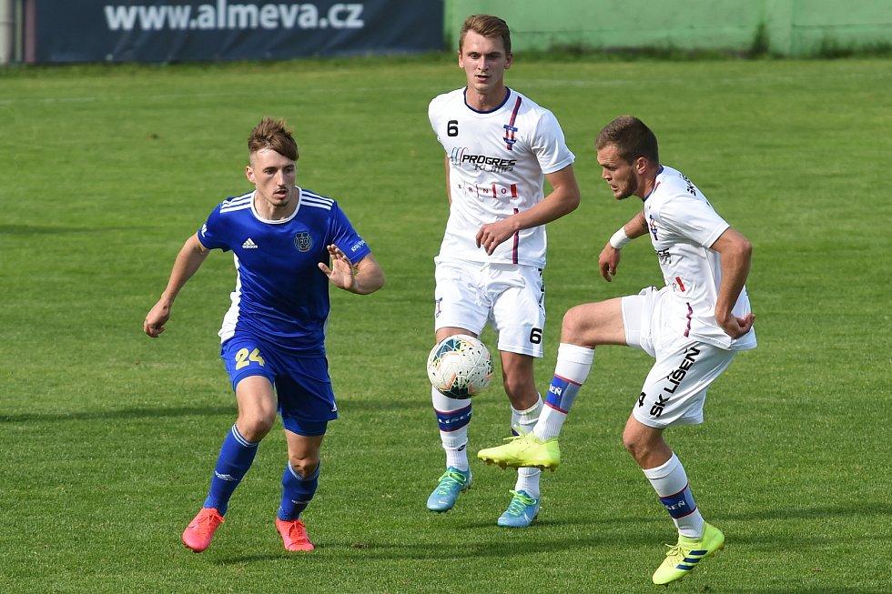 Jihlavští fotbalisté (v modrém) v Líšni remizovali 1:1, když výhru ztratili ve druhé minutě nastaveného času.