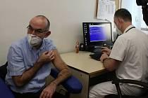 Prvních dvacet lidí naočkovali v neděli dopoledne ve Fakultní nemocnici Brno. Očkovací kazety dorazí během pondělí nebo úterý i na Vysočinu.