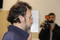 Sexuální deviant z Jihlavy Bohumír Šlapal si v pondělí vyslechl rozsudek. Před objektivy novinářů si zakrýval tvář.
