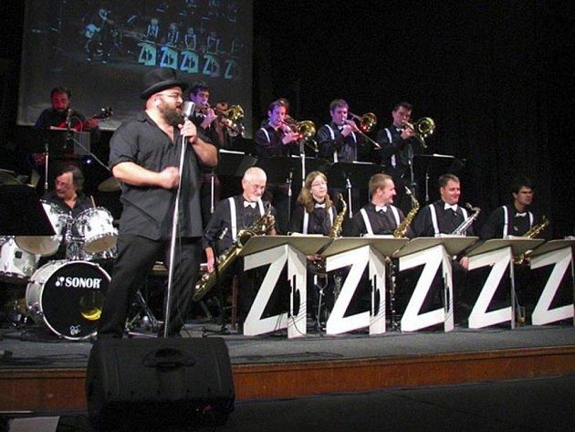 Populární třešťský swingový orchestr Zatrestband v čele s Petrem Píšou v pátek večer zahájí třetí sezonu Divadla otevřených dveří v Jihlavě.