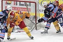 V prvních dvou zápasech semifinále první ligy nedokázali jihlavští hokejisté čelit náporu domácího Chomutova, a prohrávají v sérii 0:2 na zápasy. Příležitost k odvetě bude zítra a ve čtvrtek, kdy se série přesune na led Dukly.