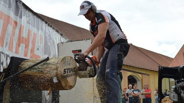 Sobotní odpoledne na Panském dvoře v Telči patřilo dvěma sportovcům světové úrovně, věnujícím se dřevorubeckému sportu timbersports. Návštěvníkům předvedli všech šest disciplín, ve kterých se hodnotí jak čas, tak samotné provedení.