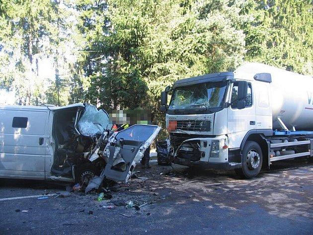 V rozdrcené dodávce po střetu s kamionem vyhasly na začátku července u Vílance dva lidské životy. Nehoda byla nejtragičtější na Jihlavsku v roce 2011.