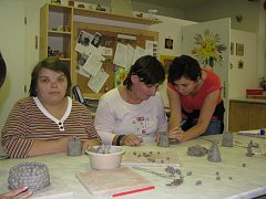 Oblíbenou činností klientů je práce s keramickou hmotou. Keramické misky, zvonky adalší výrobky putují do prodejní galerie Bez obav v Husově ulici, kde si je lze koupit.