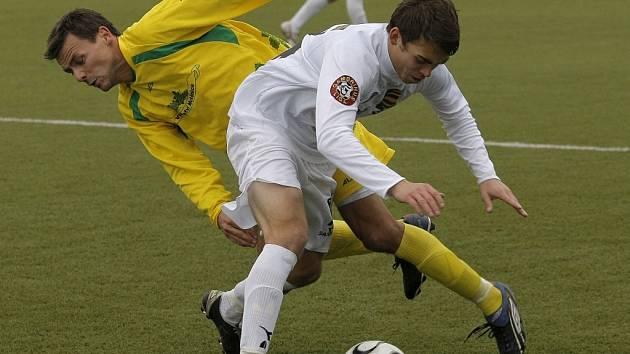 Defenziva juniorky (v bílém Pavel Benda) jistotou příliš nesrší, což potvrzují další čtyři inkasované góly.