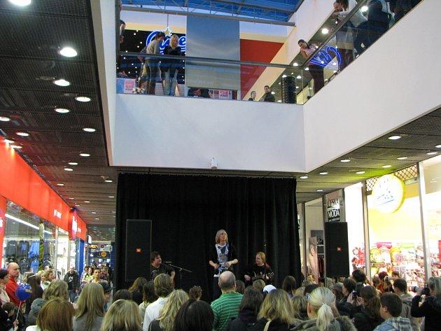 Vítěz třetí řady soutěže Česko hledá superstar Zbyněk Drda zazpíval v sobotu v jihlavském City Parku, fanouškům  se také podepsal na autogramiádě