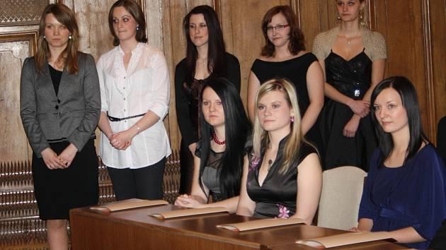 V půli března dostaly titul bakalář oboru porodní asistentka čtyři mladé dívky – Petra Junová (zadní řada zleva), Markéta Kašparová, Lucie Kejvalová a Lucie Nešporová. Všechny se shodují na tom,  že první asistence u porodu byla emocionálně silným zážitke