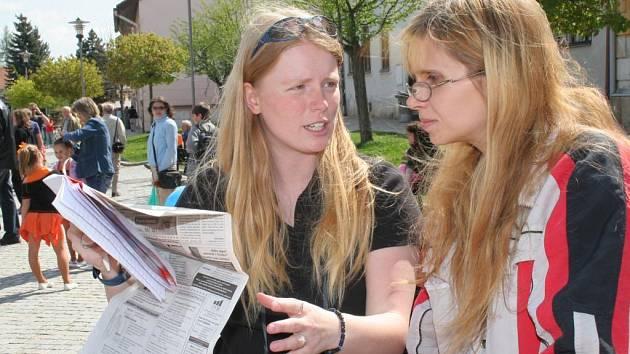 Reportérka jihlavského Deníku Petra Coufalová (vlevo) v rozhovoru s čtenářkou.