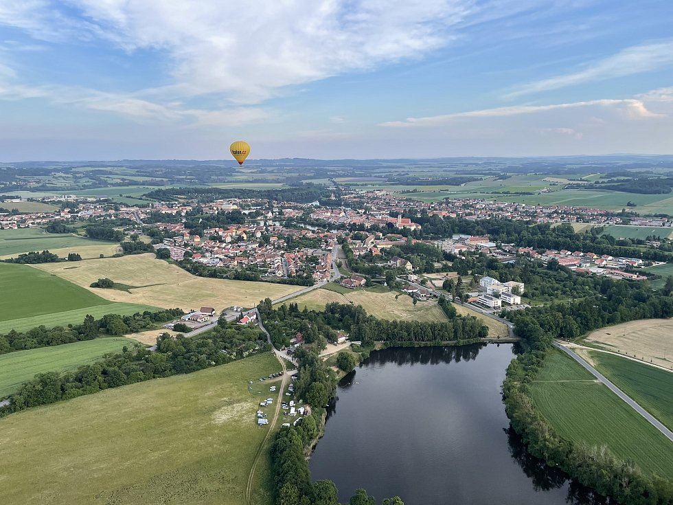 Let balónem nad Telčí. Rybník Roštejn a kemp U Roštěnky.