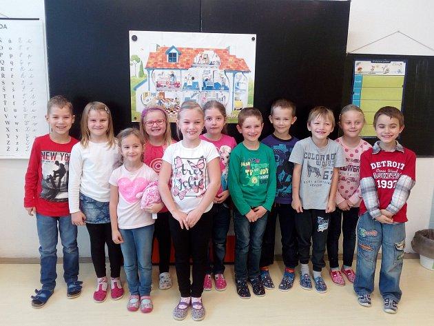 Na fotografii jsou žáci 1.B třídy Základní školy vDobroníně. Jejich třídním učitelem je Tomáš John.