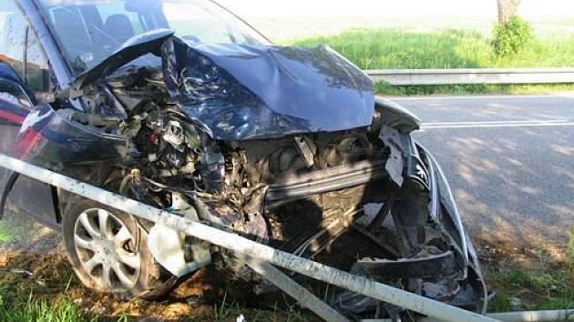 Renault se u Stonařova střetl s nákladním autem.
