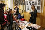Fanoušci si mohli koupit plakáty, trička nebo třeba náramky s motivy Naty.