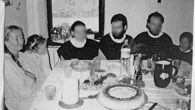 Zcela vlevo sedí u sváteční tabule s dalšími členy sekty duchovní vůdkyně Ladislava Kujalová. Fotografie je z roku 1996 a zachycuje sváteční pohodu v klášteře.