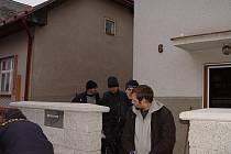 Včera dopoledne pokračovala policie v prohlídce domu, v němž bydlí Ladislav Barák (nahoře). Ve stejnou dobu poslal jihlavský soud za mříže výrobce pervitinu Radka Chlebníčka.