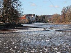 Bahno. Štěpnický rybník rozkládající se kolem zámku je už druhý měsíc bez vody. Bahno musí vyschnout před tím, než se bude rybník odbahňovat.